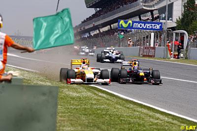 En el relanzamiento de la carrera, Alonso casi supera a Webber a 300Km/h y por la hierba