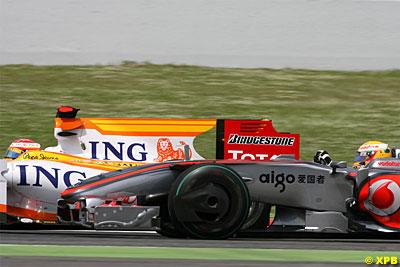 """Alonso no se """"cortó un pelo"""" para mantener a Hamilton detrás suyo al salir de boxes"""