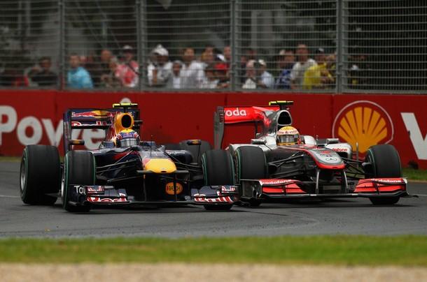 Mark Webber y Lewis Hamilton durante el Gran Premio de Australia 2010