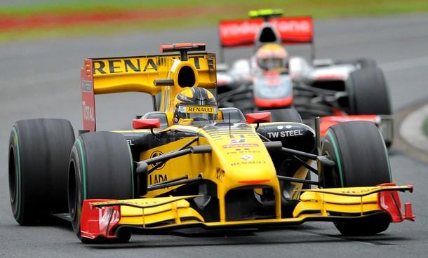 Robert Kubica por delante de Lewis Hamilton en el Gran Premio de Australia 2010