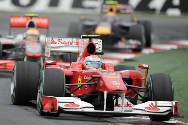 Fernando Alonso por delante de Lewis Hamilton en el Gran Premio de Australia 2010
