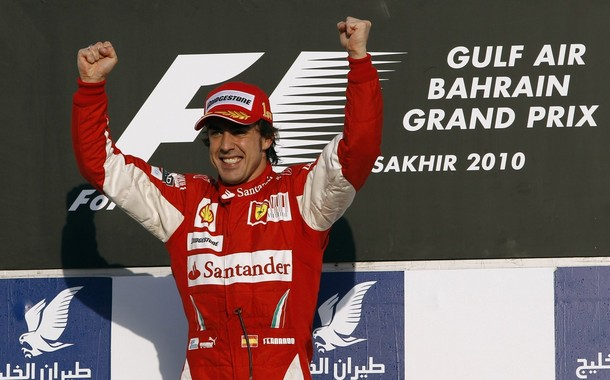 Fernando Alonso celebra su victoria en Bahrein 2010