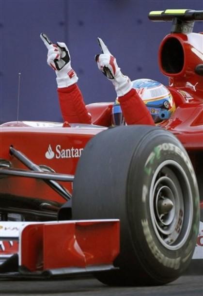 Fernado Alonso cruza la meta victorioso en Bahrein 2010