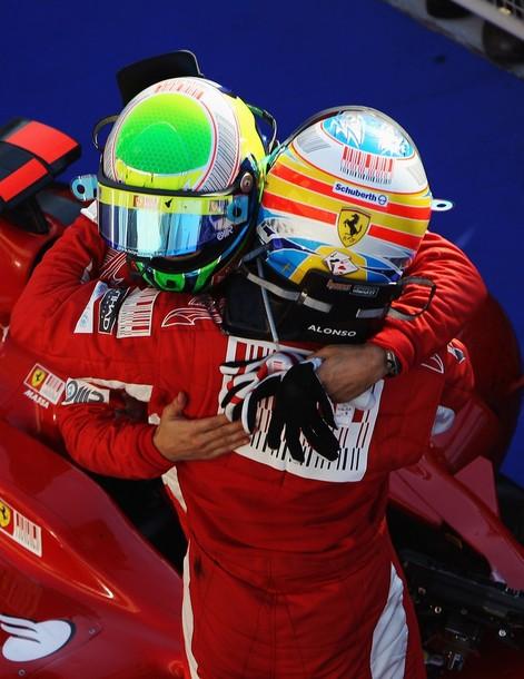 Fernando Alonso y Felipe Massa se abrazan al terminar el Gran Premio de Bahrein 2010