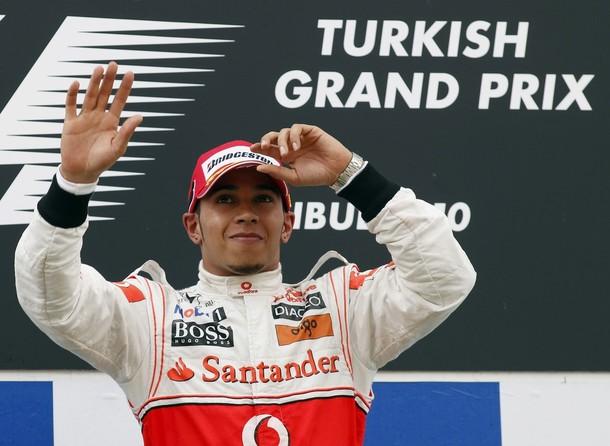 Lewis Hamilton en el podio como vencedor del GP de Turquía 2010