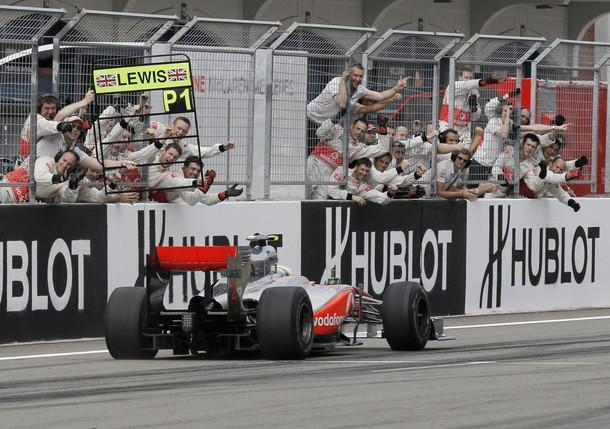 Lewis Hamilton cruza la meta vencedor del GP de Turquía 2010