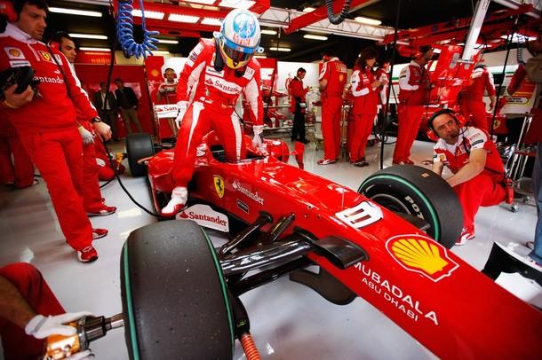 Fernando Alonso se baja del Ferrari F10 durante los entrenamientos libres del GP de España 2010
