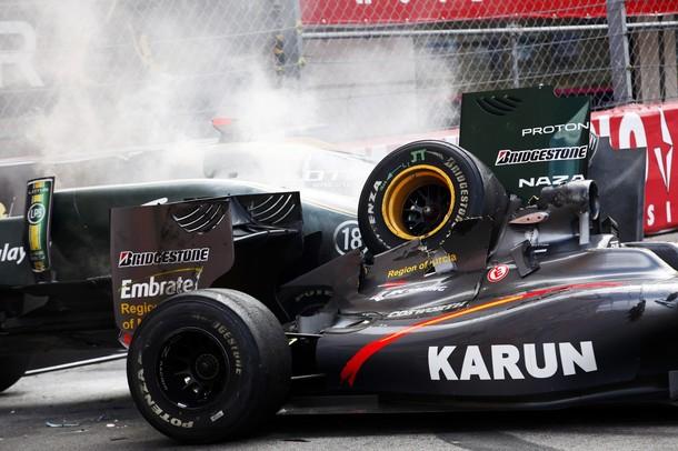 Los coches de Karun Chandhok y Jarno Trulli tras el accidente en el GP de Mónaco 2010
