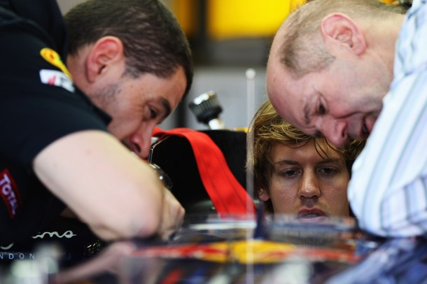 Sebastian Vettel con su ingeniero de carrera Guillaume Rocquelin y el responsable técnico de Red Bull, Adrian Newey