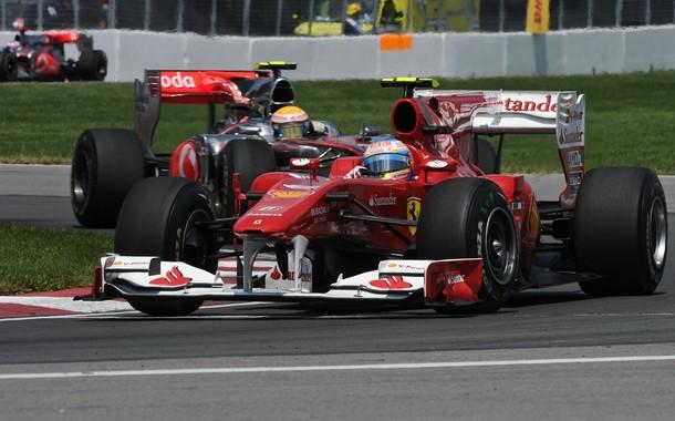 Fernando Alonso por delante de Lewis Hamilton durante el GP de Canadá 2010