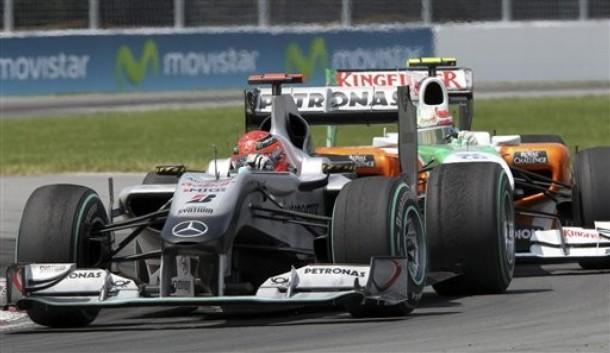 Michael Schumacher por delante de Tonio Liuzzi durante el GP de Canadá 2010