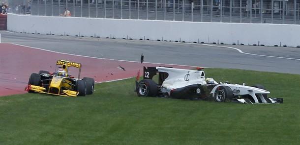 Accidente entre Vitaly Petrov y Pedro de la Rosa en la salida del GP de Canadá 2010