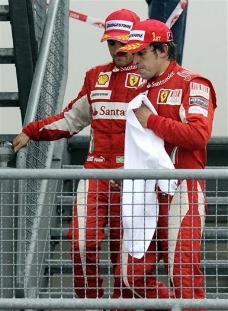 Fernando Alonso y Felipe Massa bajan del podium del GP de Alemania 2010