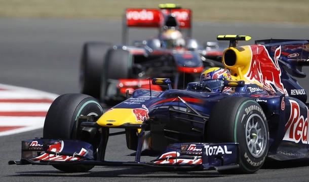 Mark Webber por delante de Lewis Hamilton en el GP de Gran Bretaña 2010