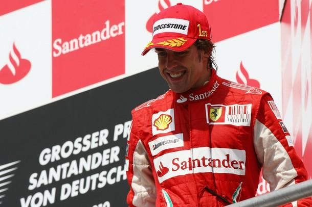 Fernando Alonso en el podium como vencedor del GP de Alemania 2010