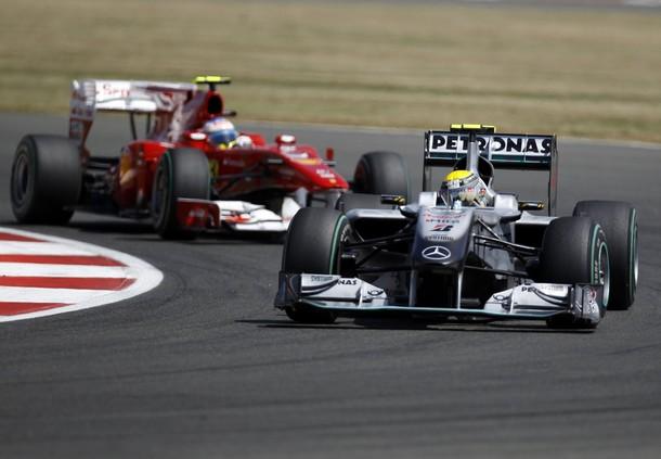 Nico Rosberg por delante de Fernando Alonso durante el GP de Gran Bretaña 2010