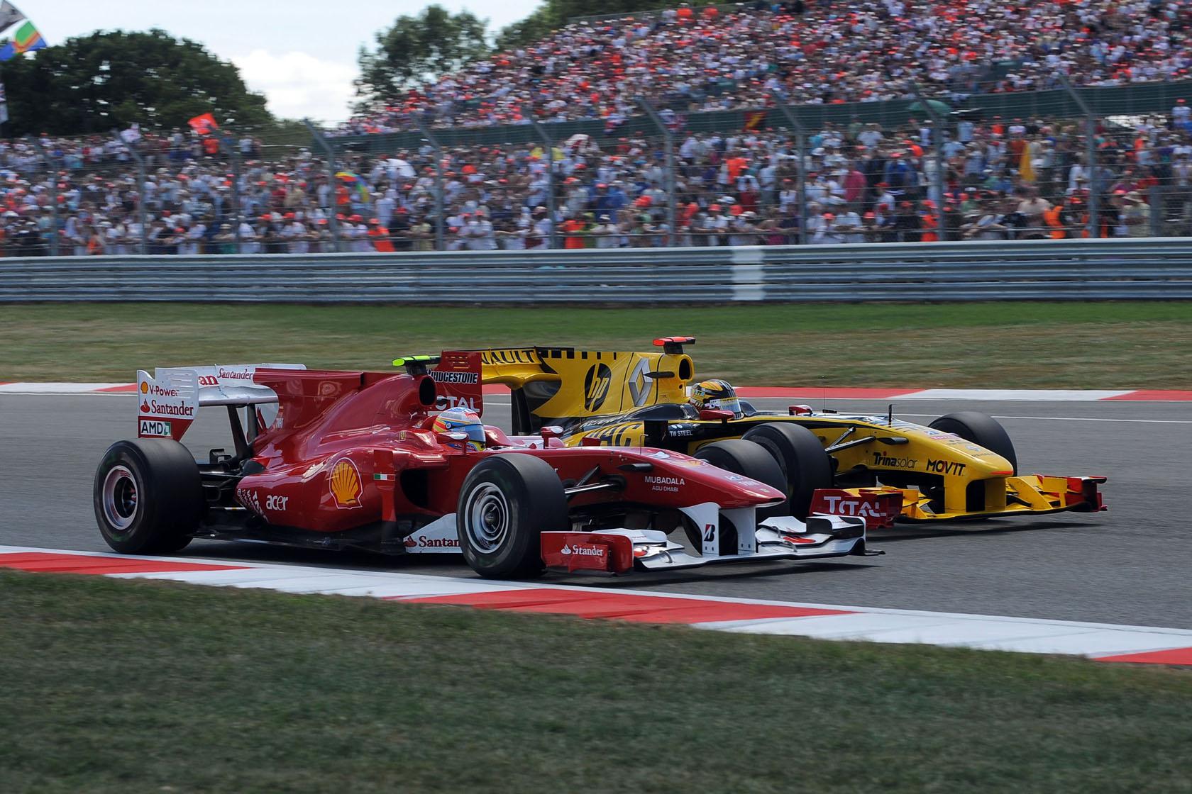 Polémico adelantamiento de Fernando Alonso a Robert Kubica en el GP de Gran Bretaña 2010