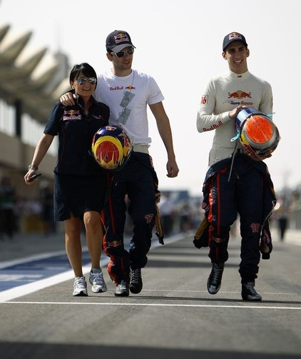 Jaime Alguersuari y Sebastian Buemi, con la encargada de prensa de Toro Rosso, Fabiana Valenti