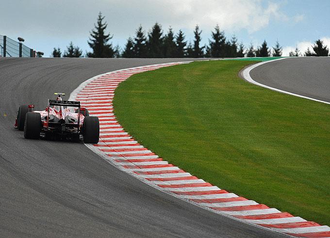 Un Ferrari pasando por Eau Rouge