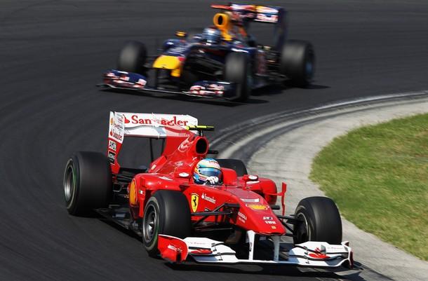 Fernando Alonso por delante de Sebastian Vettel durante el GP de Hungría 2010