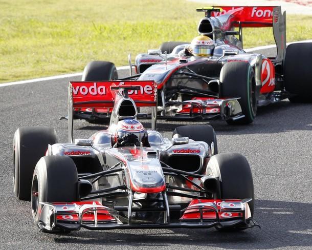 Jenson Button por delante de Lewis Hamilton durante el GP de Japón 2010