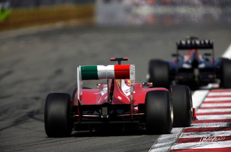 Fernando Alonso y Mark Webber durante el GP de Turquía 2011