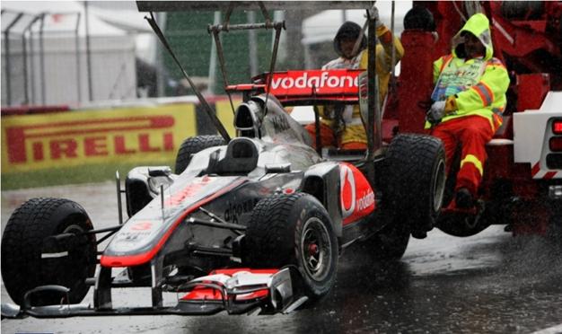 McLaren de Hamilton en la grúa