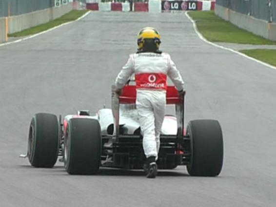 Hamilton empuja el coche tras la calificación del GP de Canadá 2010