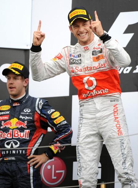 "Jenson Button celebra la victoria al ""estilo Vettel"" aunque al alemán no parece hacerle mucha gracia"