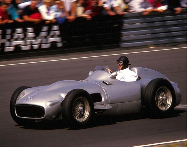 J. M. Fangio y su flecha de plata