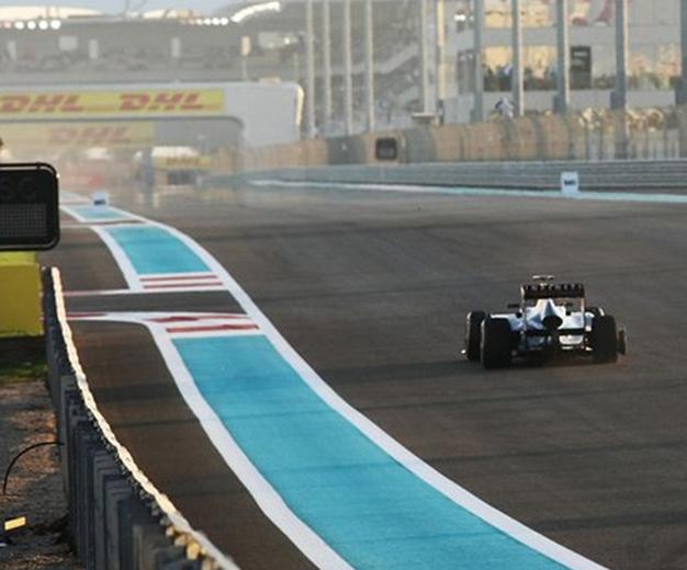 Vettel, sin neumático, tuvo que abandonar. GP Abu Dabi 2011