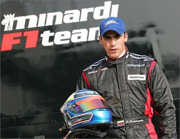 Participa en un test de jóvenes pilotos de Minardi F1 Team. Italia 2004