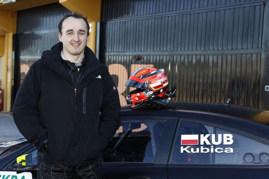 Robert Kubica posa junto al DTM en Valencia