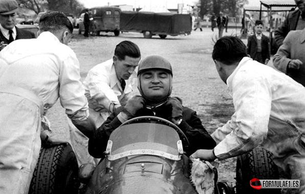 J.F. González asistido por sus mecánicos. Goowood (Inglaterra), 14 de Abril de 1952