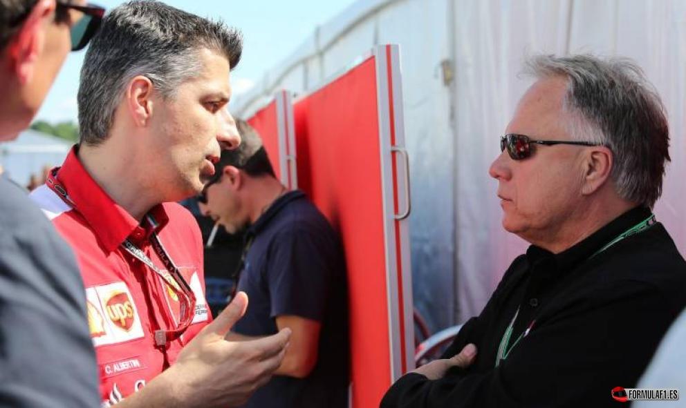 Gene Haas con un miembro de Ferrari