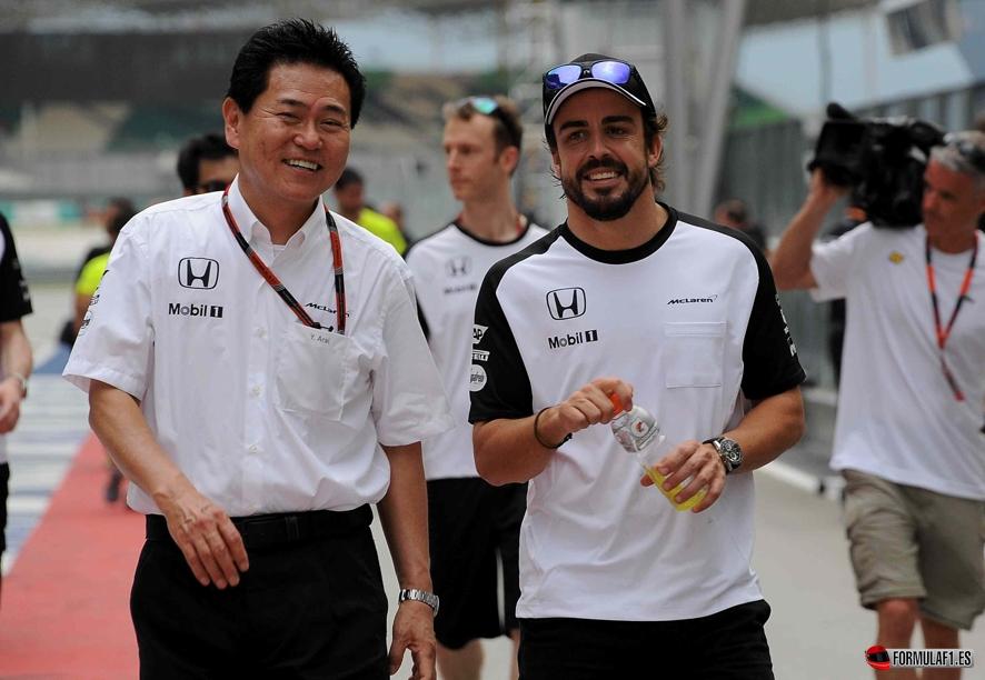 Yasuhisa Arai (JPN) Honda, y Fernando Alonso (ES) McLaren MP4/30 Honda, tras dar la vuelta al circuito el jueves G.P. de Malasia, segundo de la temporada, en el circuito de Sepang, el jueves 26 de marzo de 2015 *** Local Caption *** RUBIO