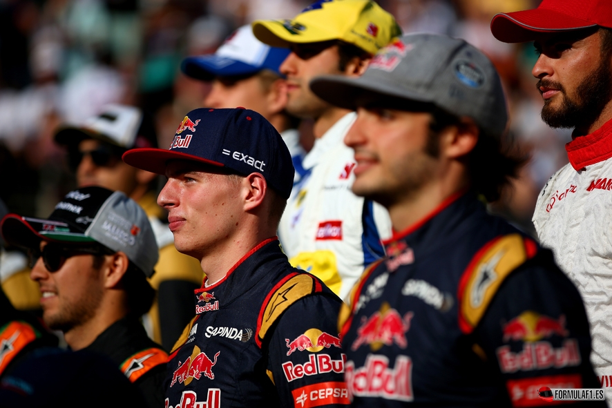 ABU DHABI, UNITED ARAB EMIRATES - NOVEMBER 29:  Max Verstappen of Netherlands and Scuderia Toro Rosso and Carlos Sainz of Spain and Scuderia Toro Rosso pose for the end of season drivers' photograph on the pit straight before the Abu Dhabi Formula One Grand Prix at Yas Marina Circuit on November 29, 2015 in Abu Dhabi, United Arab Emirates.  (Photo by Mark Thompson/Getty Images) // Getty Images/Red Bull Content Pool // P-20151129-00313 // Usage for editorial use only // Please go to www.redbullcontentpool.com for further information. //