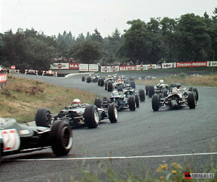 El pelotón se estira tras la arrancada de este GP de Alemania 1966