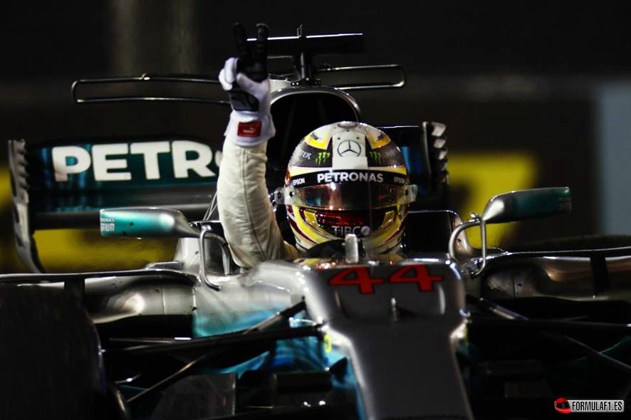 GP de Singapur 2017: Lewis Hamilton gana tras el desastre de Ferrari y Carlos Sainz acaricia el podio