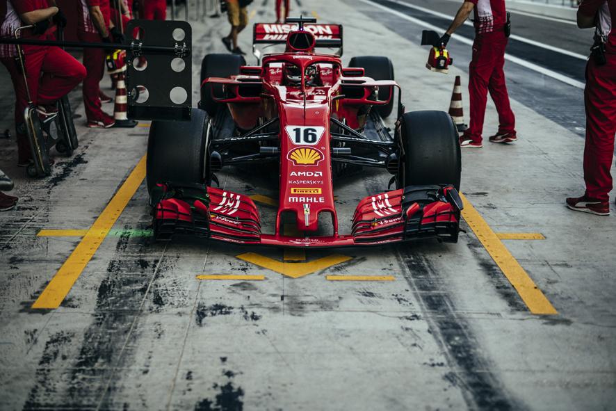 Charles Leclerc en cabeza mientras Sainz debuta con McLaren